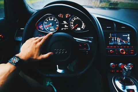 Mand kører Audi