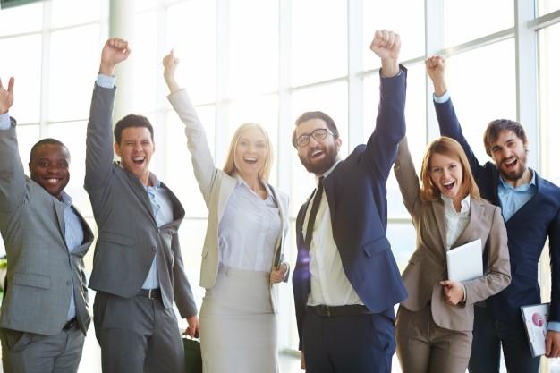 En masse glade SAP-konsulenter vifter med armen
