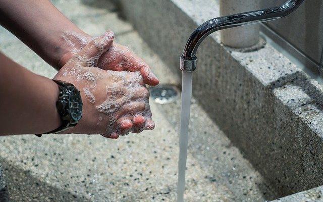 En mand vasker hænder